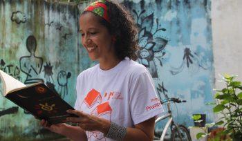 Como criar momentos de leitura com as crianças em casa? Confira as dicas da especialista Camila Leite, da Rede Nacional de Bibliotecas Comunitárias
