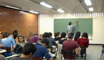 Uma em cada 3 disciplinas é dada por professor sem formação específica